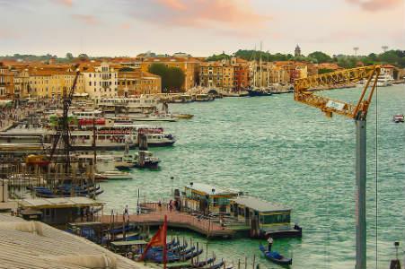 Canal de Venecia gondolas vaporettos