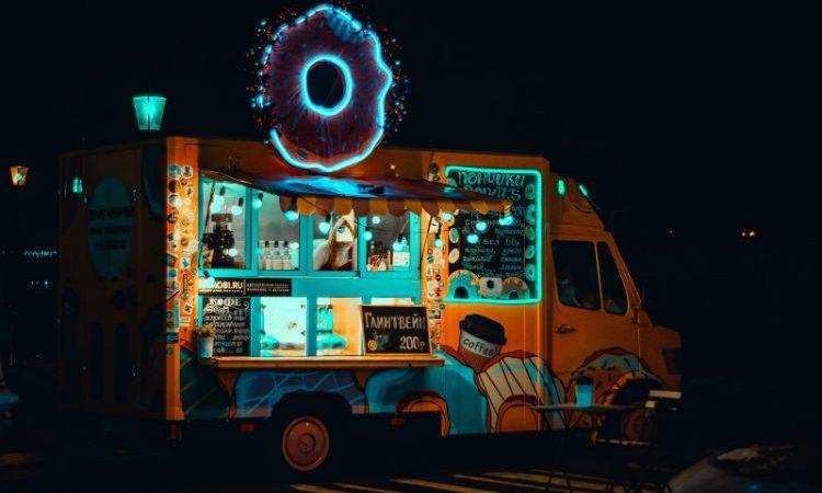 ¿Quieres que tu evento vaya sobre ruedas? Pon un food truck para deleitar a la gente
