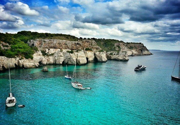 Este verano desconecta alquilando un barco en Menorca