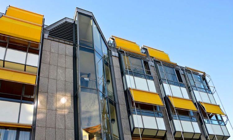Cómo elegir los más prácticos y vistosos toldos y cortinas para exteriores