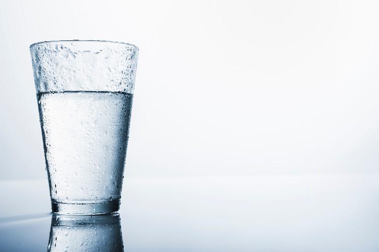 ¿Cómo puede beneficiar el agua alcalina a una persona con diabetes?