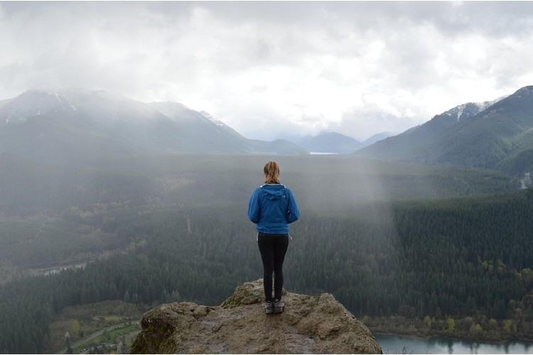Lista de control para su próximo viaje de senderismo en montañas lluviosas