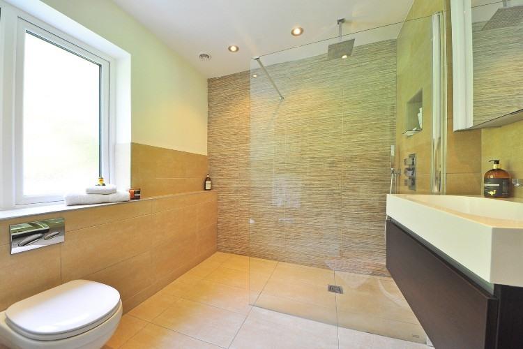 Mamparas y platos de ducha: Cómo rejuvenecer tu baño con poca inversión